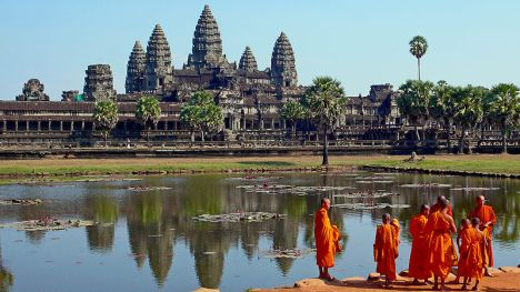 800px-Buddhist_monks_in_front_of_the_Angkor_Wat[1]