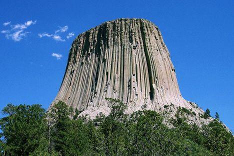 Devil Tower (columnar joint, batu beku berbentuk balok-balok memanjang.