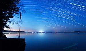 A Leonids Startrails atau Jejak bintang (meteor) Credit : John Stetson (Sebago Lake, Maine)