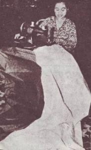 Ibu+Fatmawati+menjahit+bendera+pusaka+merah+putih,+15+agustus+1945[1]